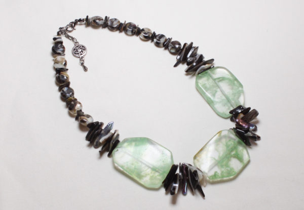 Necklace green quartz glass & shell